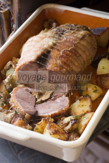 """Europe/France/Aquitaine/40/Landes/Créon-d'Armagnac: .Canard Royal farci au foie gras recette de Th Nadeau - Stage de Cuisine du Canard Gras  à la Chambre d'Hôtes """"Le Poutic"""" sous la conduite deThierry Nadeau producteur ."""