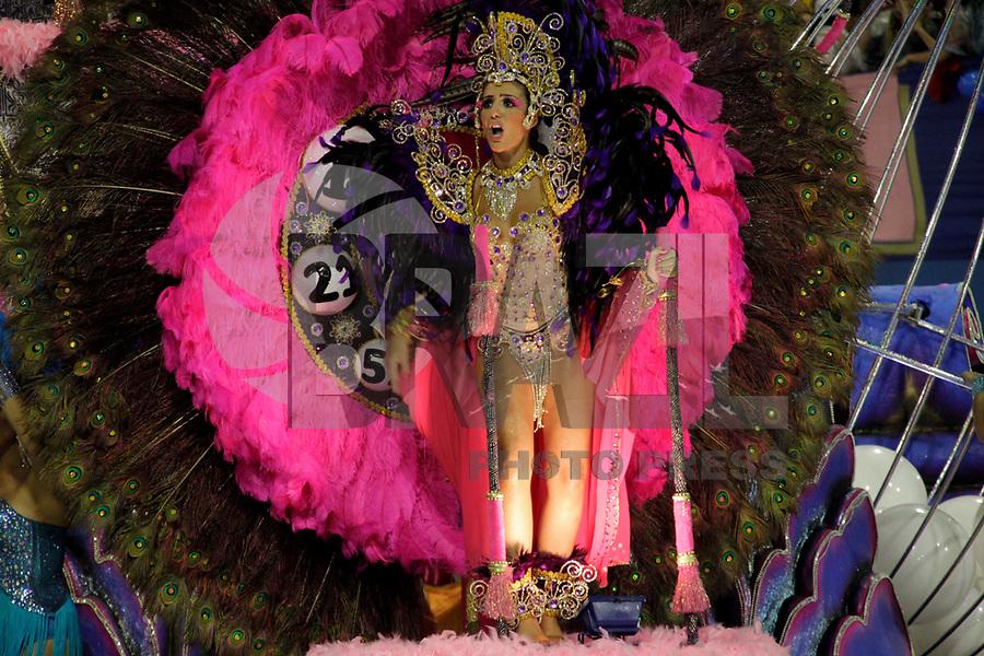 SÃO PAULO, SP, 04 DE MARÇO DE 2011 - CARNAVAL 2011 / ROSAS DE OURO - Integrantes da Rosas de Ouro durante o primeiro dia dos desfiles das escolas do Grupo Especial de São Paulo, no Sambódromo do Anhembi, zona norte da capital paulista, nesta sexta-feira. (FOTO: ALE VIANNA / NEWS FREE).