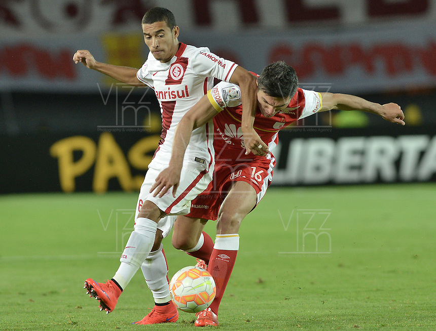 BOGOTÁ-COLOMBIA-20-05-2015. Daniel Torres (Der) jugador del Independiente Santa Fe disputa el balon con William (Izq) jugador de Internacional durante partido de ida entre Independiente Santa Fe de Colombia y Internacional de Porto Alegre Brasil por cuartos de final de la Copa Bridgestone Libertadores 2015 jugado en el estadio Nemesio Camacho El Campin de la ciudad de Bogota. / Daniel Torres (R) player of Independiente Santa Fe figths for the ball with William (L) player of Internacional during the first leg match between Independiente Santa Fe of Colombia and Internacional of Porto Alegre, Brazil, for the final quarters of the Copa Bridgestone Libertadores 2015 played at Nemesio Camacho El Campin stadium in Bogota city.  Photo: VizzorImage/ Gabriel Aponte /Staff
