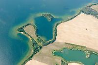 Inseln im Parsteiner See: EUROPA, DEUTSCHLAND, BRANDENBURG (EUROPE, GERMANY), 14.08.2019 Der Parsteiner See  ist mit 1003 Hektar Fläche der drittgrößte natürliche See in Brandenburg. Die Wasserfläche liegt vollständig im Landkreis Barnim, während Teile der östlichen und nordwestlichen Uferbereiche zum Landkreis Uckermark gehören.<br /> Das Seebecken besitzt eine komplexe Anlage, die sowohl Formen eines Zungenbeckens, mehrerer Glazialer Rinnen als auch einer Toteislandschaft umfasst. Der See gehört zum Biosphärenreservat Schorfheide-Chorin und besteht aus einem Hauptbecken, einem Nebenbecken und mehreren Buchten. Die mittlere Wassertiefe im Hauptbecken beträgt rund 10 Meter, das Maximum erreicht 31 Meter. Das oberflächliche Einzugsgebiet umfasst 130,5 km² und besteht zu 78 % aus hügeligem Ackerland.