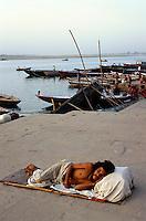 beim Manikarnika Ghat am Ganges, Varanasi (Uttar Pradesh), Indien