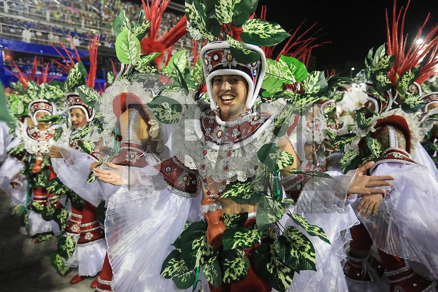 RIO DE JANEIRO, RJ, 08.02.2016 - CARNAVAL-RJ - Integrantes da escola de samba Salgueiro durante segundo dia de desfiles do grupo especial do Carnaval do Rio de Janeiro no Sambódromo Marquês de Sapucaí na região central da capital fluminense na noite desta segunda-feira, 08. (Foto: William Volcov/Brazil Photo Press)