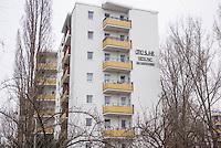 """Mieter protestieren gegen Immobilienkonzern """"Deutsche Wohnen"""".<br /> Mieter der Otto-Suhr-Siedlung im Berliner Stadtteil Kreuzberg sind durch die energetischen Sanierungsmassnahmen des Immobilienkonzern """"Deutsche Wohnen"""" von Mietehoehungen bis zu 50% betroffen. Die Aktiengesellschaft veranschlagt die Sanierungskosten fuer die Mieter damit doppelt so hoch, wie die benachbarte staedtische Wohnungsbaugesellschaft Mitte (WBM).<br /> Nach Aussagen von Mieterinitiativen in der Otto-Suhr-Siedlung sind bis zu 80% der ca. 1000 Wohnungen damit akut gefaehrdet, da sie die Miete nach Abschluss der Modernisierungsarbeiten dann nicht mehr bezahlen koennen oder vom Jobcenter bezahlt bekommen, da sie weit ueber den Saetzen liegen, die uebernommen werden.<br /> Die Mieter haben einen offenen Brief an die Bezierksverordnetenversammlung (BVV) Friedrichshain-Kreuzberg geschrieben und fordern sie darin auf, sie gegen die geplanten energetischen Modernisierungen und die damit verbundenen Mieterhoehungen zu unterstuetzen. """"Der neu gewaehlte Berliner Senat hat eine soziale Wohnungspolitik zum zentralen Wahlkampfthema gemacht. Daher fordern wir, dieses Versprechen einzuloesen"""" so die Mieter.<br /> Im Bild: Ein sanierter Wohnblock der WBM.<br /> 8.2.2017, Berlin<br /> Copyright: Christian-Ditsch.de<br /> [Inhaltsveraendernde Manipulation des Fotos nur nach ausdruecklicher Genehmigung des Fotografen. Vereinbarungen ueber Abtretung von Persoenlichkeitsrechten/Model Release der abgebildeten Person/Personen liegen nicht vor. NO MODEL RELEASE! Nur fuer Redaktionelle Zwecke. Don't publish without copyright Christian-Ditsch.de, Veroeffentlichung nur mit Fotografennennung, sowie gegen Honorar, MwSt. und Beleg. Konto: I N G - D i B a, IBAN DE58500105175400192269, BIC INGDDEFFXXX, Kontakt: post@christian-ditsch.de<br /> Bei der Bearbeitung der Dateiinformationen darf die Urheberkennzeichnung in den EXIF- und  IPTC-Daten nicht entfernt werden, diese sind in digitalen Medien nach §95c UrhG rechtlich ges"""