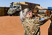 MALI, Gao, UN peace keeping mission MINUSMA, Camp Castor, german army Bundeswehr, female soldier / MALI, Gao, Minusma UN Friedensmission, Camp Castor, deutsche Bundeswehr, Stabsunteroffizierin arbeitet auf Transport LKW mit Auffahrplatte