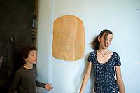 homeschooling, educazione parentale. homeschooling, educazione parentale. Asya,12 anni, interroga in matematica Edoardo,9 anni.