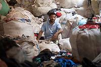 2011 Mokattam Garbage City (alla periferia del Cairo) il quartiere copto dove si vive in mezzo alla spazzatura raccolta: un raccoglitore in mezzo ai sacchi di immondizia. <br /> Mokattam Garbage City (suburbs of Cairo) the Coptic quarter where people live collecting garbage: a collector among the bags of garbage.