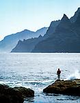 Spanien, Kanarische Inseln, Teneriffa, Punta del Hidalgo: Angler am Playa de los Troches | Spain, Canary Islands, Tenerife, Punta del Hidalgo: fisherman at Playa de los Troches