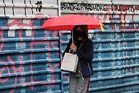 SÃO PAULO, SP, 22.09.2020: CLIMA-FRIO-AV-PAULISTA-SP - Pessoas se protegem do clima frio e da garoa na Avenida Paulista, na região central de São Paulo, nesta manhã de terça-feira, 22. A manhã inicia com chuva e sensação de frio na capital paulista. A temperatura média aferida pelas estações meteorológicas automáticas do CGE da Prefeitura de São Paulo é de 13°C. As últimas imagens de radar meteorológico indicam precipitação de fraca a moderada intensidade em toda Cidade. Hoje, a primavera começa oficialmente às 10h31 no Hemisfério Sul. (Foto: Fábio Vieira/FotoRua)