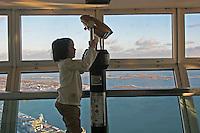 CANADA Toronto CANADA  La torre nazionale del canada (Tour CN) alta 553 metri (costruita nel 1976) una bambina guarda il panorama  a little girl looking the panorama une petite fille regardant le panorama