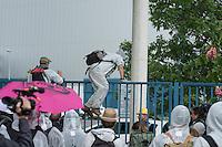 """Klimacamp """"Ende Gelaende"""" bei Proschim in der brandenburgischen Lausitz.<br /> Mehrere tausend Klimaaktivisten  aus Europa wollen zwischen dem 13. Mai und dem 16. Mai 2016 mit Aktionen den Braunkohletagebau blockieren um gegen die Nutzung fossiler Energie zu protestieren.<br /> Mehrere hundert Aktivisten stuermten am Nachmittag des 14. Mai das Gelaende des Kraftwerk Schwarze Pumpe. Die Polizei kam nach ca. 20 Minuten auf das Werksgaende und die Aktitivisten vierliessen das Gelaende wieder. Ca. 60 Personen wurden danach von der Polizei festgenommen.<br /> Im Bild: Aktivisten klettern auf auf dem Gelaende ueber einen Zaun.<br /> 14.5.2016, Schwarze Pumpe/Brandenburg<br /> Copyright: Christian-Ditsch.de<br /> [Inhaltsveraendernde Manipulation des Fotos nur nach ausdruecklicher Genehmigung des Fotografen. Vereinbarungen ueber Abtretung von Persoenlichkeitsrechten/Model Release der abgebildeten Person/Personen liegen nicht vor. NO MODEL RELEASE! Nur fuer Redaktionelle Zwecke. Don't publish without copyright Christian-Ditsch.de, Veroeffentlichung nur mit Fotografennennung, sowie gegen Honorar, MwSt. und Beleg. Konto: I N G - D i B a, IBAN DE58500105175400192269, BIC INGDDEFFXXX, Kontakt: post@christian-ditsch.de<br /> Bei der Bearbeitung der Dateiinformationen darf die Urheberkennzeichnung in den EXIF- und  IPTC-Daten nicht entfernt werden, diese sind in digitalen Medien nach §95c UrhG rechtlich geschuetzt. Der Urhebervermerk wird gemaess §13 UrhG verlangt.]"""