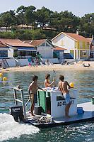 Europe/France/Aquitaine/33/Gironde/Bassin d'Arcachon/L'Herbe: Détail cabanons au port ostréicole de l'Herbe et chaland d'ostréiculteur