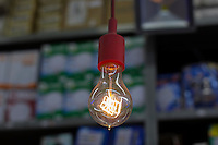 SÃO PAULO, SP, 30.06.2016 - LÂMPADA-INCANDESCENTES - Começa a valer na sexta-feira (1º) a proibição de venda de lâmpadas incandescentes com potência de 41 a 60W que não atenderem os níveis mínimos de eficiência energética, informou o Instituto Nacional de Metrologia, Qualidade e Tecnologia (Inmetro). (Foto: Adailton Damasceno/Brazil Photo Press)