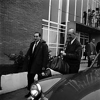 Aérogare Blagnac 1. 19 décembre 1966. Vue d'ensemble d'André Turcat (directeur des essais en vol de Sud Aviation) à droite et Brian Trubchaw (chef-pilote de la British Aircraft Corporationet) sortant de l'aérogare, sacs de voyage. Ces deux hommes seront les deux premiers pilotes des prototypes français et anglais du Concorde.