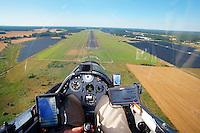Blick aus einem Cockpit eines Segelflugzeugs: EUROPA, DEUTSCHLAND, SACHSEN, (EUROPE, GERMANY), 23.05.2013: Blick aus einem Cockpit eines Segelflugzeugs, Landeanflug auf den Lugplatz Rothenburg Oberlausitz