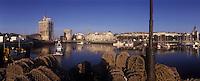 Europe/France/Poitou-Charentes/17/Charente-Maritime/La Rochelle : Le Vieux Port , ses tours  et les casiers des Caseyeurs