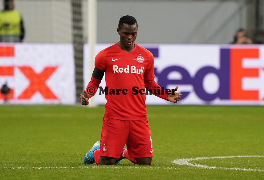 Patson Daka (RB Salzburg, #20) betet vor Spielbeginn - 20.02.2020: Eintracht Frankfurt vs. RB Salzburg, UEFA Europa League, Hinspiel Round of 32, Commerzbank Arena DISCLAIMER: DFL regulations prohibit any use of photographs as image sequences and/or quasi-video.