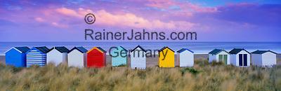 Great Britain, England, Suffolk, near Southwold: Colourful beach huts | Grossbritannien, England, Suffolk, bei Southwold: bunte Strandhuetten