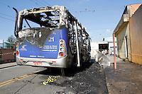 SÃO PAULO,SP,26 JUNHO 2012 - ONIBUS INCENDIADO <br /> Um ônibus foi parado e incendiado na Rua Lírio do Vale proximo a Av.Arquiteto Vilanova Artigas,na região de Sapopemba.FOTO ALE VIANNA / BRAZIL PHOTO PRESS
