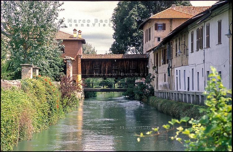 Gorgonzola, paese a est di Milano. Il vecchio ponte coperto in legno sul Naviglio Martesana --- Gorgonzola, small village east of Milan. The old covered wooden bridge over the Naviglio Martesana canal