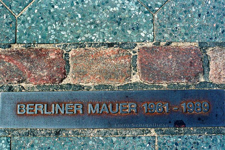 BERLINO / GERMANIA - 2004.Una lunga lastra di acciaio nell'asfalto segna il percorso del muro di Berlino 20 nni dopo. .FOTO LIVIO SENIGALLIESI..BERLIN / GERMANY - 2004.Berlin wall 20 years later..PHOTO BY LIVIO SENIGALLIESI