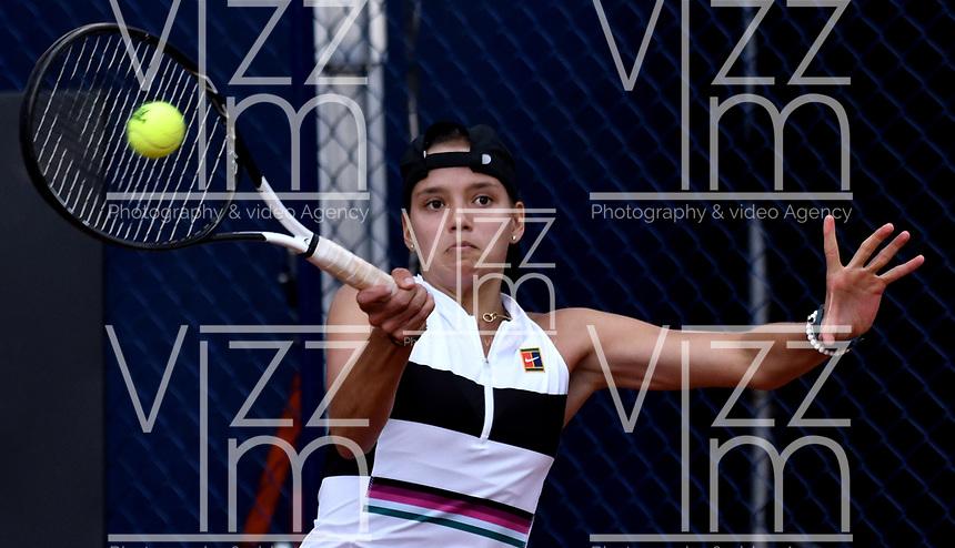 BOGOTÁ-COLOMBIA, 09-04-2019: Emiliana Arango de Colombia, devuelve la bola a de Paises Bajos, durante partido por el Claro Colsanitas WTA, que se realiza en el Carmel Club en la ciudad de Bogotá. / Emiliana Arango from Colombia, returns the ball to Bibiane Schoofs from Netherlans, during a match for the WTA Claro Colsanitas, which takes place at Carmel Club in Bogota city. / Photo: VizzorImage / Luis Ramírez / Staff.