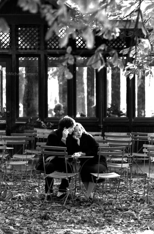 Lovers in a café in luxembourg garden.<br /> <br /> Amoureux a un café du jardin du luxembourg.