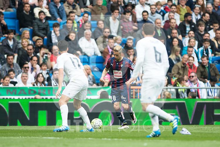Real Madrid's Alvaro Arbeloa and Nacho Fernandez and Sociedad Deportiva Eibar's Keko Gontan during La Liga match. April 09, 2016. (ALTERPHOTOS/Borja B.Hojas)
