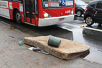 FOTO EMBARGADA PARA VEICULOS INTERNACIONAIS. SAO PAULO, SP, 28/10/2012.Com a forte chuva que caiu sobre a capital paulista, várias ruas ficaram alagadas, na foto um colchao que estava boiando na Radial Leste   no Bairro da Mooca. Luiz Guarnieri/ Brazil Photo Press.