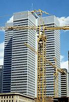 Construction au centre-ville de Montréal dans les années 80.<br /> <br /> Grue du site Cadillac-Fairview avec la Place Ville-Marie en arriere plan, probablement 1986