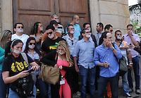 MEDELLÍN - COLOMBIA, 03-05-2014. Un grupo de periodistas y reporteros gráficos de distintos medios de comunicación, realizaron un plantón pacífico en la puerta del comando de la Policía Metropolitana del Valle de Aburrá, para reclamar el ejercicio libre de su profesión y rechazar las agresiones de las cuales han sido víctimas./ A group of journalists and photographers from various media, held a peaceful sit-in in front of the command of the Metropolitan Police Aburra Valley, to claim the free exercise of their profession and rejecting the attacks which have been victims.  Photo: VizzorImage/Luis Rios/STR
