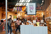 ELIZABETH, NEW JERSEY - MARCH 03: People enter a store in a local mall on March 03, 2021 in Elizabeth, New Jersey. According projections the EE.UU economy rises 5,5% in 2021. where the excess savings in North American households will return to the market after vaccination and boosting consumption. (Photo by VIEWpress)
