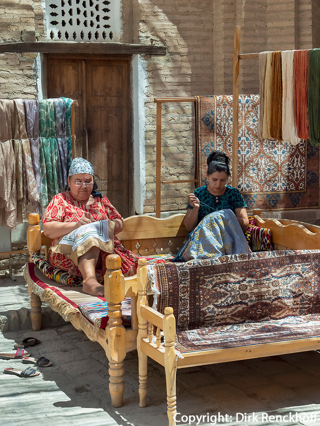 Stickerei in Xiva, Usbekistan, Asien<br /> embroidering women in historic city Ichan Qala, Chiwa, Uzbekistan, Asia