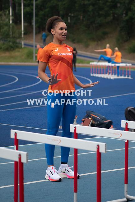Papendal, 050821 - Foto Ruben Meijerink / APA FOTO<br />Para-atlete Salima Rozema verspringster op sportcentrum Papendal<br /> tijdens de open training, atletiekbaan Papendal. Traingsmaatje is Ranki Oberoi, ook in beeld is bondscoach Arno Mul