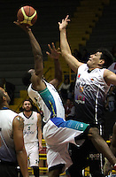 BOGOTA -COLOMBIA, 12 -OCTUBRE-2014. Heberth Bayona   (Der) de Piratas  en accion  con Cesar Cortes de Cimarrones durante partido por   La Liga  Directv de Baloncesto 2014-II , segundo encuentro de los playoffs en su cuarta version  , Piratas se impuso 87 a 72 a Cimarrones  igualando la serie, partido  jugado en el coliseo El Salitre . / Heberth Bayona  of Piratas (R) in action with  Cesar Cortes of Cimarrones  during game for The Directv Basketball League 2014-II, second game of the playoffs in its fourth version matching the series, Pirates won  87 to 72 to Cimarrones, played in coliseum El Salitre.Photo:VizzorImage / Felipe Caicedo / Staff