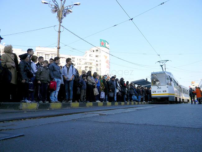 ROUMANIE, Bucarest, Piata Unirii, 9.11.2011.  Gens du transport publique. Des gens attendant le tram 32. © Ioana Constantina/ Florian Iancu