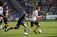 Patrick Ochs (Eintracht Frankfurt) zieht ab Lucio Cajueiro Souza (Hertha BSC Berlin) vorbei
