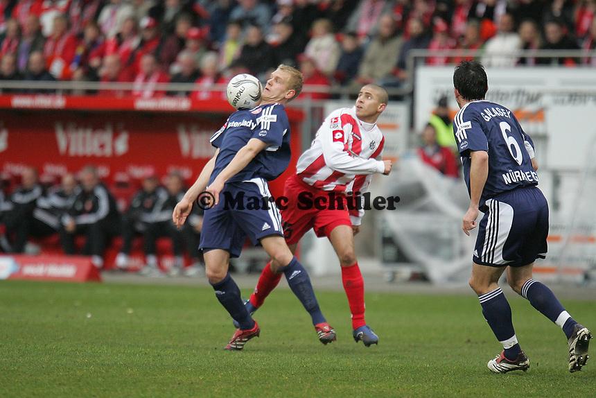 Andreas Wolf (1. FC N¸rnberg) f‰ngt den Ball ab, bevor Mohamed Zidan (FSV Mainz 05) ihn bekommt