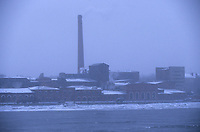 Europe-Asie/Russie/Saint-Petersbourg : Usines sur les bords de la Neva