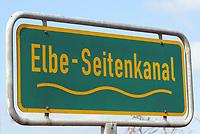 Elbe Seitenkanal: EUROPA, DEUTSCHLAND, NIEDERSACHSEN, LUENEBURG 28.10.2012: Der Elbe-Seitenkanal (ESK) ist eine Bundeswasserstraße im Bundesland Niedersachsen zwischen dem Mittellandkanal bei Edesbüttel (MLK-km 233,65), westlich von Wolfsburg, und der Elbe bei Artlenburg (Elbe-km 572,97). Eroeffnet wurde der Kanal nach achtjaehriger Bauzeit am 15. Juni 1976 durch den damaligen Bundesminister für Verkehr Kurt Gscheidle, den Buergermeister der Hansestadt Hamburg Hans-Ulrich Klose und den Ministerpraesidenten von Niedersachsen Ernst Albrecht. Zustaendig für die Verwaltung des ESK ist das Wasser- und Schifffahrtsamt Uelzen.