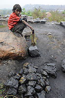 INDIA state Jharkhand Jharia Dhanbad, children collect coal illegally from BCCL coalfield / INDIEN Jharkhand Jharia Dhanbad, Kinder sammeln illegal Kohle am Rande eines BCCL Kohletagebaus zum Verkauf auf dem Markt - MORE PICTURES ON THIS SUBJECT AVAILABLE!!