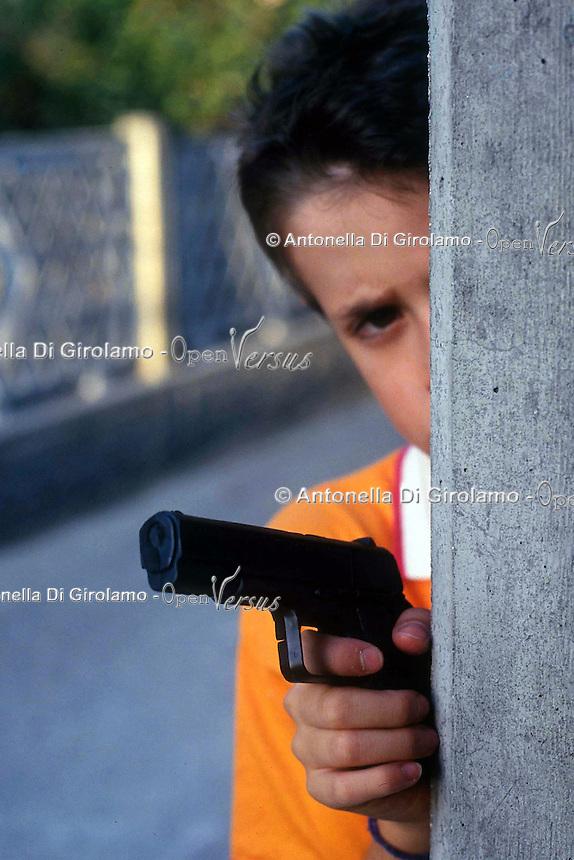 Bambini giocano con armi giocattolo. Children play with toy weapons....