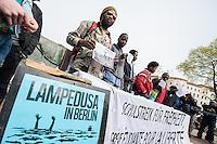 Fluechtlingscamp auf dem Oranienplatz in Berlin-Kreuzberg.<br />In langwierigen Verhandlungen haben Verantwortlich von Bezirk und Senat mit einem Teil der auf dem Lampedusa-Fluechttlinge, die seit ueber 1 1/2 Jahren auf dem Kreuzberger Oranienplatz campieren, eine Abmachung getroffen in der festgehalten ist, dass die Fluechtlinge in eine feste Unterkunft einziehen koennen und ihre Antraege auf Asyl wohlwollend geprueft werden. Das Verhandlungsergebnis wurde am Dienstag den 1. April 2014 auf einer improvisierten Pressekonferenz vom selbsternannten Wortfuehrer der Oranienplatz-Fluechtlinge vorgetragen. Zur Bekraeftigung zeigte er zu der Vereinbarung eine Liste mit Unterschriften von umzugswilligen Fluechtlingen. Fluechtlinge die schon vor einem Jahr in eine ebenfalls in Kreuzberg gelegene leerstehende Schule gezogen waren, sind laut eigener  von Bezirk, Senat und dem selbsternannten Sprecher nicht in die Verhandlungen mit einbezogen worden. Dennoch behauptete der selbsternannte Fluechtlingssprecher, sie seien mit der Vereinbarung einverstanden. Auf der Pressekonferenz brach daraufhin ein lautstarker Streit unter den Fluechtlingen aus. Die Fluechtlinge aus der Schule fuehlten sich zum wiederholten Mal vom selbsternannten Sprecher hintergangen.<br />Etwa 25-30 Fluechtlinge vom Oranienplatz begaben sich dann zu der angebotenen Unterkunft in dem benachbarten Stadtteil Friedrichshain.<br />Im Bild: Die Fluechtlinge praesentieren die Vereinbarung und die Unterschriftenlisten.<br />1.4.2014, Berlin<br />Copyright: Christian-Ditsch.de<br />[Inhaltsveraendernde Manipulation des Fotos nur nach ausdruecklicher Genehmigung des Fotografen. Vereinbarungen ueber Abtretung von Persoenlichkeitsrechten/Model Release der abgebildeten Person/Personen liegen nicht vor. NO MODEL RELEASE! Don't publish without copyright Christian-Ditsch.de, Veroeffentlichung nur mit Fotografennennung, sowie gegen Honorar, MwSt. und Beleg. Konto:, I N G - D i B a, IBAN DE58500105175400192269, BIC INGDDEFFXXX
