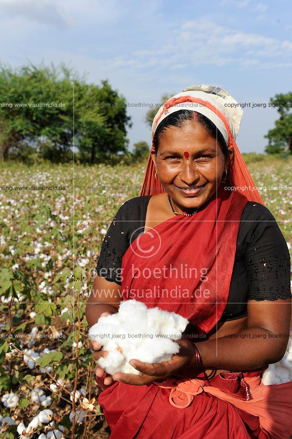 INDIA Maharashtra, cotton farming in Vidarbha region , women harvest cotton / INDIEN Maharashtra, Frauen ernten Baumwolle