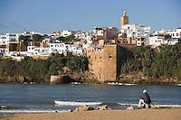 Afrique/Afrique du Nord/Maroc/Rabat: la kasbah des Oudaïas vue depuis la plage de Salé et l'oud Bou Regreg