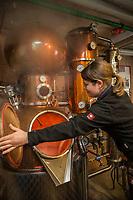Europe/Allemagne/Bade-Würrtemberg/Forêt Noire/Bad Peterstal-Griesbach: Distillerie: Löcherhansenhof  _ Verena Huber AUTO N: 2012-426 distillation du Schnaps