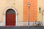 Italy, Veneto, Lake Garda, Peschiera del Garda: facade in old town | Italien, Venetien, Gardasee, Peschiera del Garda: Altstadt Hausfassade