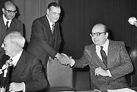 - da sinistra: Giuseppe Saragat (PSDI, seduto), Giovanni Malagodi (PLI) e Bettino Craxi (PSI), Roma, 1976....- from left: Giuseppe Saragat (PSDI, Italian Social Democratic Party, seated), Giovanni Malagodi (PLI, Italian Liberal Party) and Bettino Craxi (PSI, Italian Socialist Party), Rome, 1976