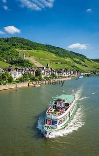Deutschland, Rheinland-Pfalz, Moseltal, Zell an der Mosel mit dem Pulverturm | Germany, Rhineland-Palatinate, Moselle Valley, Zell at river Moselle with landmark Powder Tower