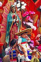 Kind auf einem Holzpferd beim Fest der Nationalheiligen Jungfrau von Guadalupe in Mexiko Stadt, Mexiko, Nordamerika
