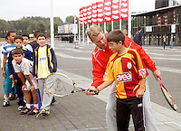 20-9-07, Netherlands, Rotterdam, Daviscup NL-Portugal, Streettennis met het Daviscupteam op het voorplein van Ahoy, Jan Siemerink helpt een handje